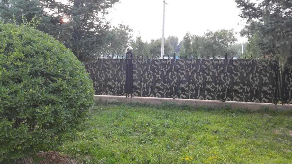客户定制迷彩钢板加工成围栏 ,与绿色植物镶接在一起更美观,更环保!